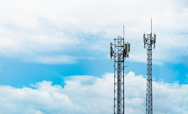 Wieża Telekomunikacyjna Z Błękitne Niebo I Białe Chmury Premium Zdjęcia