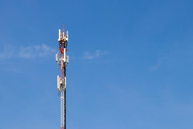 Wieża telekomunikacyjna z błękitne niebo Premium Zdjęcia