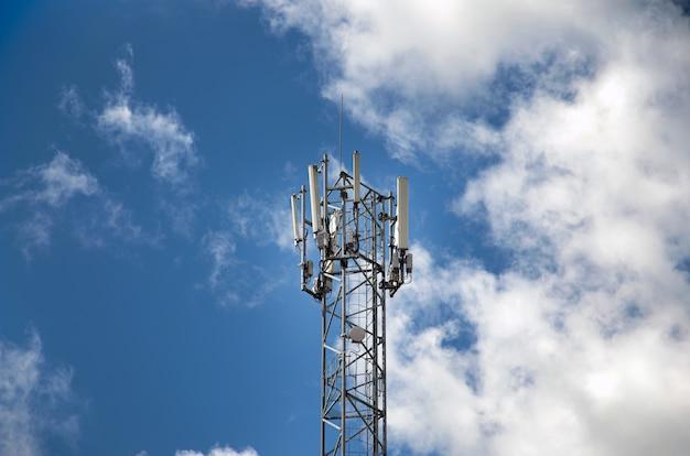 Wieża Telekomunikacyjna Z Nadajnikami 4g, 5g. Komórkowa Stacja Bazowa Z Antenami Nadawczymi Na Wieży Telekomunikacyjnej Na Tle Błękitnego Nieba. Premium Zdjęcia