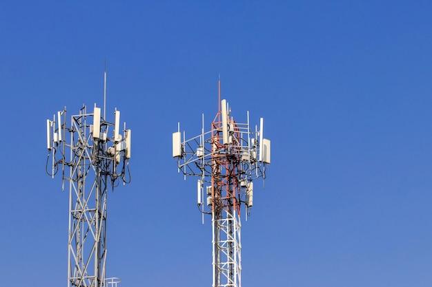 Wieża Telekomunikacyjna Z Niebieskim Niebem Premium Zdjęcia