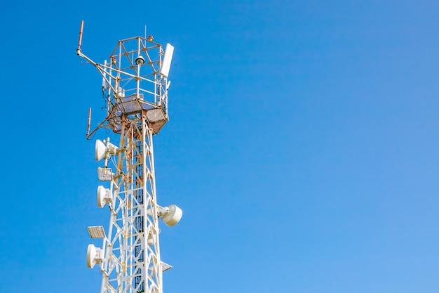 Wieża Z Antenami Operatora Komórkowego Na Niebie Premium Zdjęcia