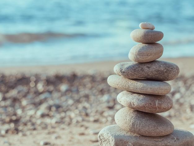 Wieża żwirowa Stojąca Po Lewej Stronie Przy Plaży Morskiej Premium Zdjęcia