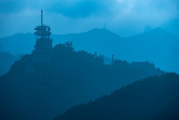 Wieże Internetowe I Satelitarne W Górach Premium Zdjęcia