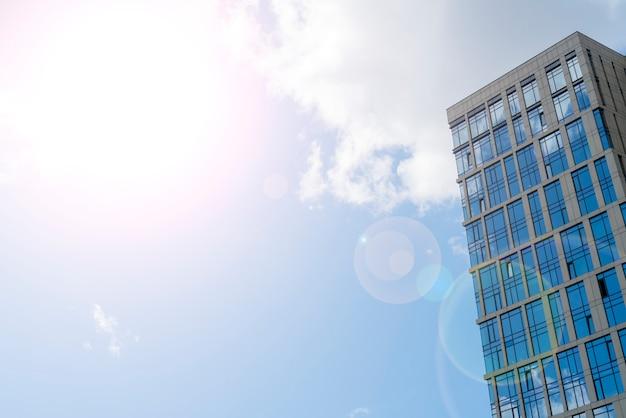 Wieżowce nowoczesnego miasta, widok z dołu, Premium Zdjęcia