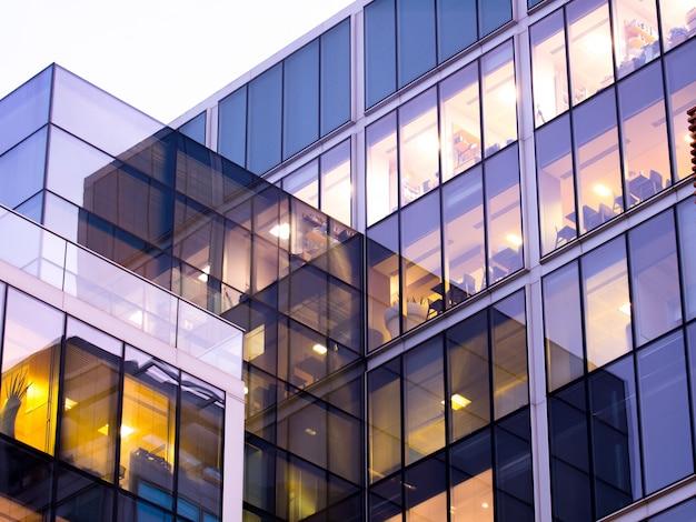 Wieżowiec biurowy w londynie, praca i spotkanie Premium Zdjęcia