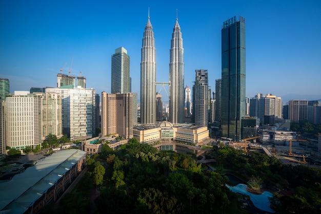 Wieżowiec Kuala Lumpur I Zielony Park Kosmiczny Z ładnym Niebem W Centrum Dzielnicy Biznesowej W Kuala Lumpur. Malezja. Premium Zdjęcia