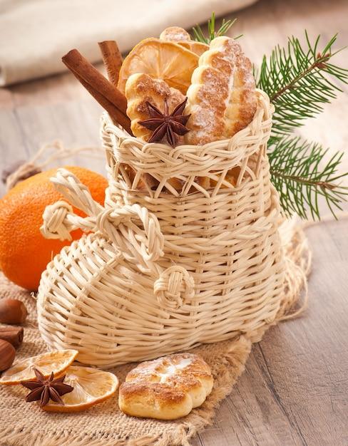 Wiklinowa Skarpeta świąteczna Wypełniona Ciasteczkami, Cynamonem, Kandyzowaną Cytryną I Anyżem Darmowe Zdjęcia