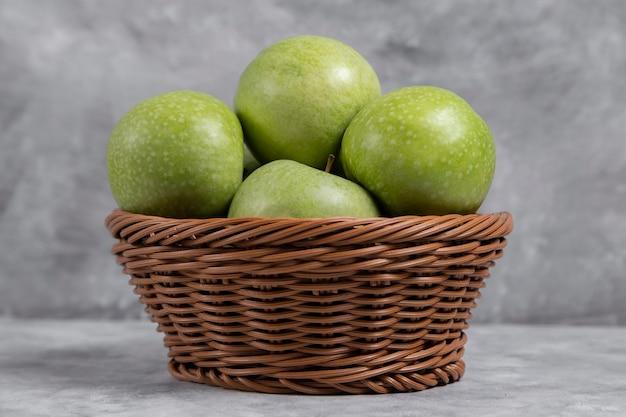 Wiklinowy Kosz świeżych Zielonych Jabłek Na Kamieniu Darmowe Zdjęcia