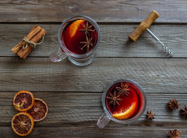 Wino Grzane Z Cynamonem I Pomarańczą. Gorący Napój. Zimowy. Przepis. Premium Zdjęcia