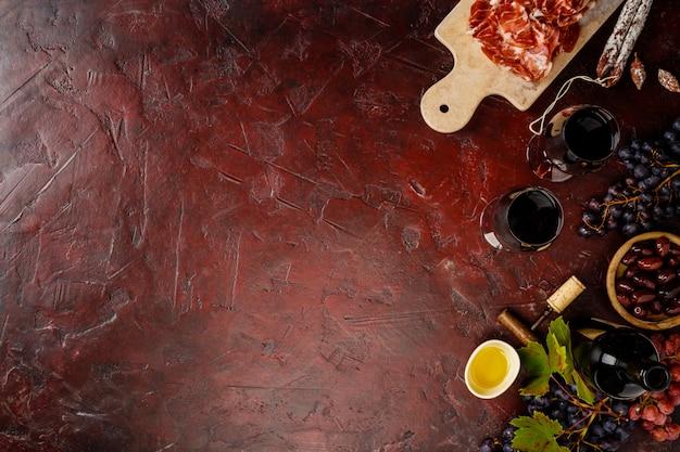 Wino I Tapas Na Czerwonym Tle, Odgórny Widok Premium Zdjęcia