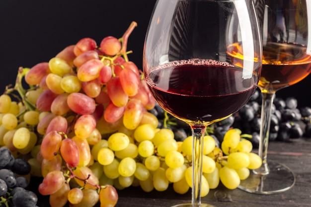 Wino I Winogrona Na Stole Premium Zdjęcia