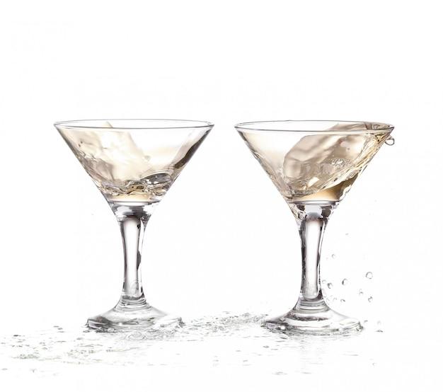 Wino Wirujące W Dwóch Kielichach Kieliszka Martini Premium Zdjęcia