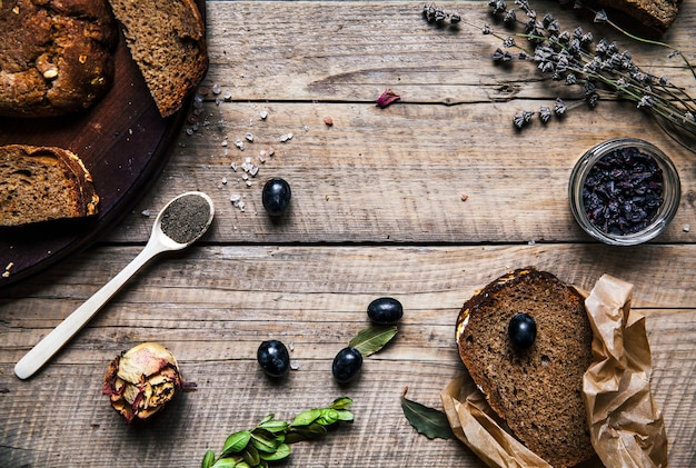 Winogrona, Pszenica, Chleb W Drewnianym Stole. Suszone Róże. Kwiaty. Owoce, Zboża, żywność Premium Zdjęcia
