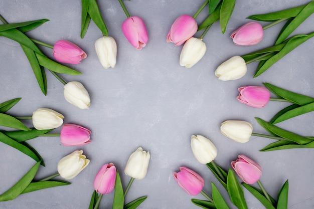 Wiosenna Kompozycja Z Tulipanami Na Szaro-teksturowanej Darmowe Zdjęcia