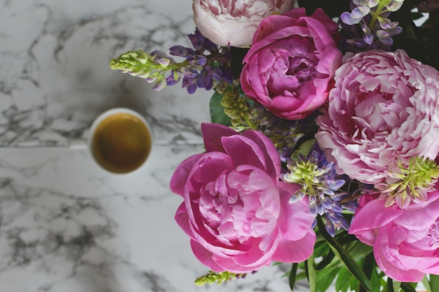Wiosenne kwiaty, prezent dla kobiety bukiet piwonii widok z góry, marmur Premium Zdjęcia