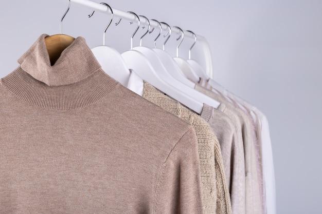 Wiosenne Ubrania Wiszące Na Stojaku Premium Zdjęcia