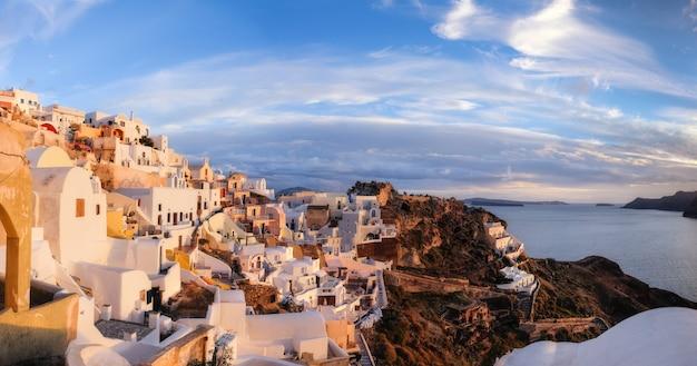 Wioska Oia, Wyspa Santorini, Grecja, Na Zachodzie Słońca, Obraz Panoramiczny. Premium Zdjęcia