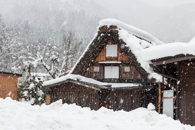 Wioska shirakawago z opadami śniegu w sezonie zimowym Premium Zdjęcia