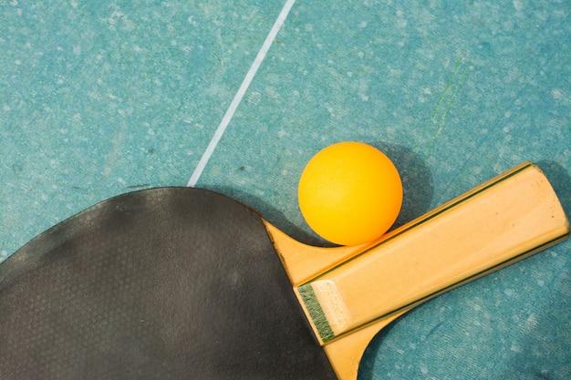 Wiosła ping pong i piłka na retro niebieski Premium Zdjęcia