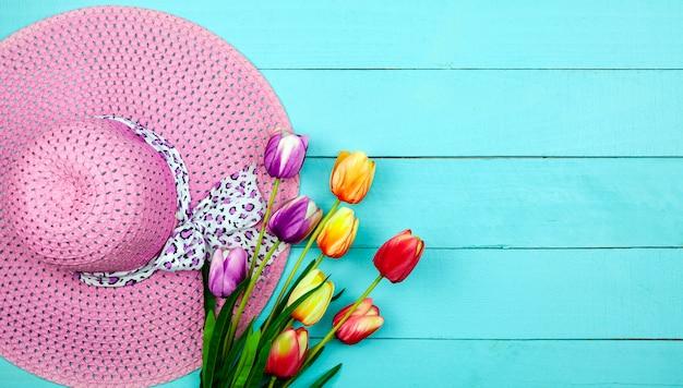 Wiosna Kwiat Wielo- Koloru Tulipany Na Drewnie Premium Zdjęcia