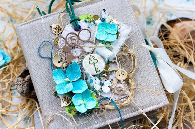 Wiosna ślubny album scrapbooking w stylu rustykalnym z ręcznie robionymi kwiatami hortensji. Premium Zdjęcia