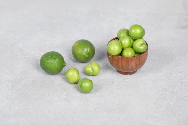 Wiśniowe śliwki I Limonki Na Stole W Kuchni Darmowe Zdjęcia