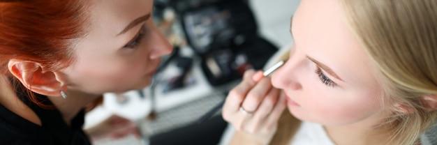 Wizażystka Robi Makijaż Twarzy Blondynki Premium Zdjęcia
