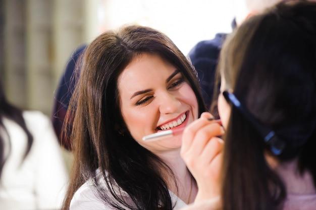 Wizażystka Stosuje Szminkę. Piękna Twarz Kobiety Idealny Makijaż. Premium Zdjęcia