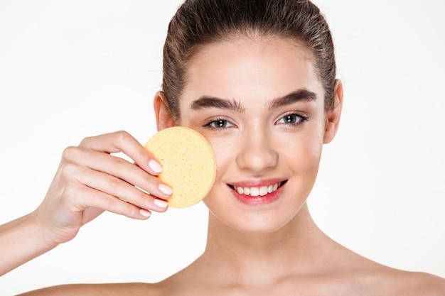 Wizerunek Atrakcyjnej Ciemnowłosej Kobiety O Miękkiej, Zdrowej Skórze, Stosując Makijaż Z Kosmetyczną Gąbką Darmowe Zdjęcia