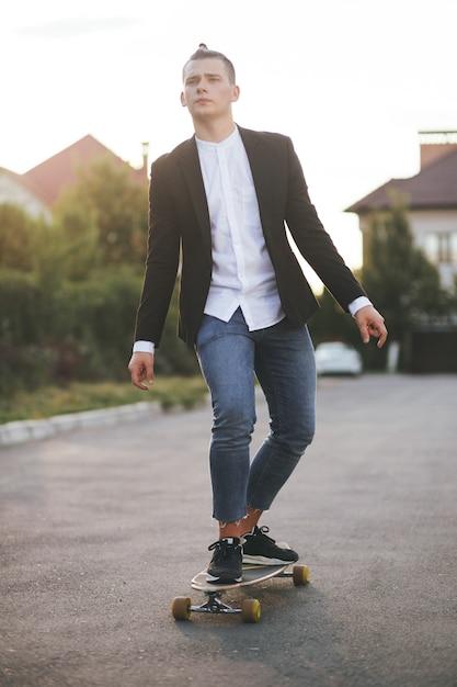 Wizerunek Mężczyzna Z Longboard Iść Na Drodze Darmowe Zdjęcia