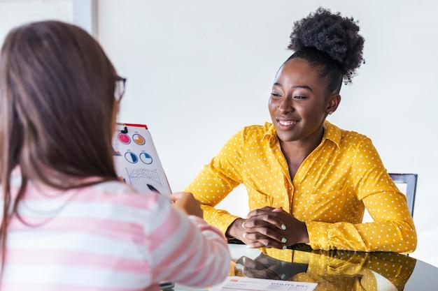 Wizerunek Partnery Biznesowi Dyskutuje Dokumenty I Pomysły Na Spotkaniu Premium Zdjęcia