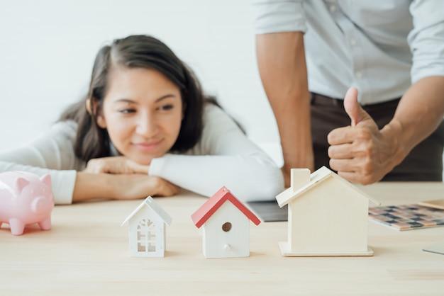 Właściciel domu i architekt omawiający wybór Premium Zdjęcia