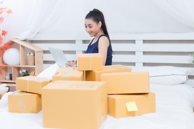 Właściciel firmy pracujący z pudełkami Darmowe Zdjęcia