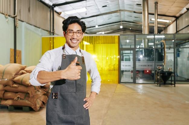 Właściciel Palarni Stojący W Magazynie Premium Zdjęcia