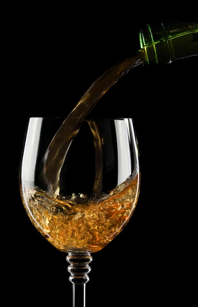 Wlewając Wino Do Szkła Na Białym Na Czarnym Tle Premium Zdjęcia