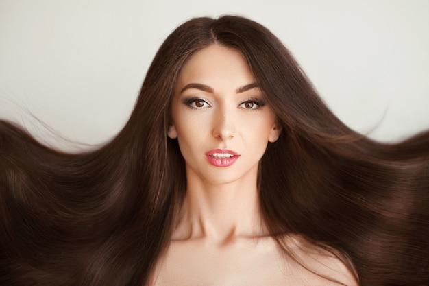 Włosiana Piękna Kobieta Z Zdrowym Długie Włosy Premium Zdjęcia