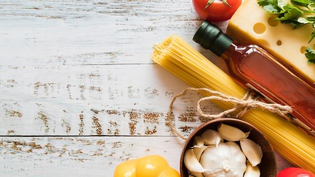 Włoska grupa składników na białym stole Darmowe Zdjęcia