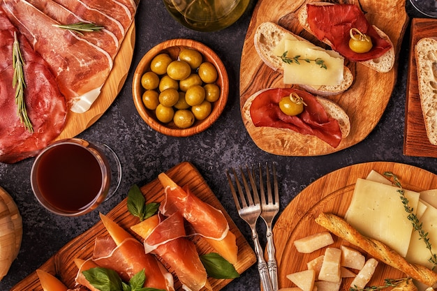 Włoska Kuchnia Z Szynką, Serem, Oliwkami, Pieczywem, Winem. Premium Zdjęcia