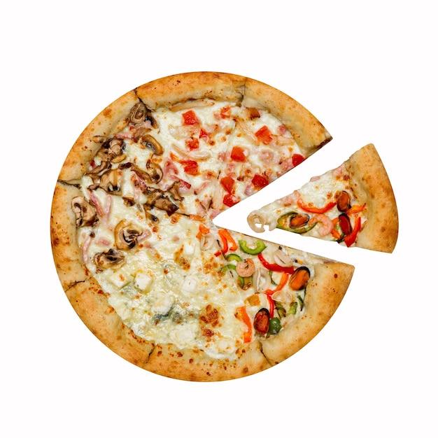 Włoska Pizza Cztery Sezony Z Oddzielnym Plasterkiem Na Białym Tle. Premium Zdjęcia