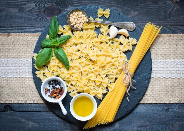 Włoski Makaron Z Sosem Pesto Z Liściem Bazylii Premium Zdjęcia