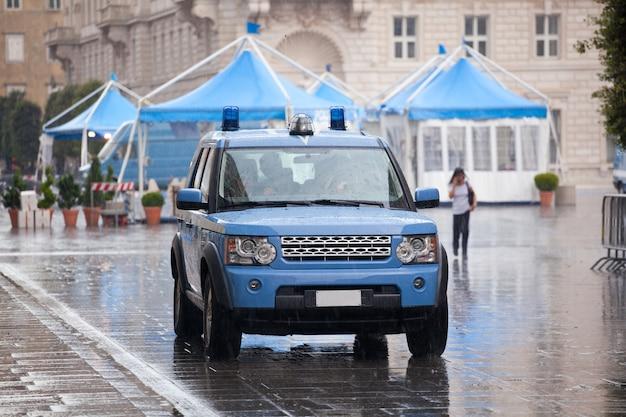 Włoski samochód policyjny w deszczu Premium Zdjęcia
