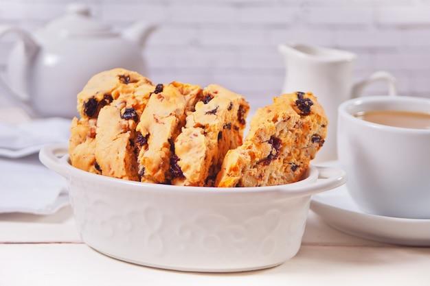 Włoskie Biscotti I Filiżanka Kawy Na Powierzchni. Premium Zdjęcia