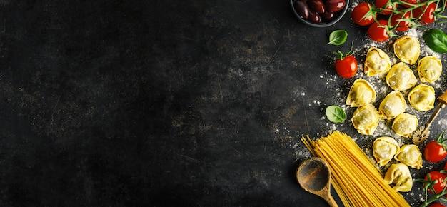 Włoskie jedzenie na ciemnym tle Premium Zdjęcia