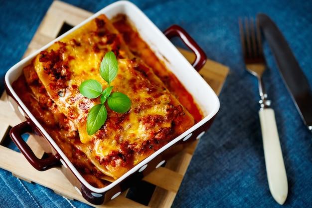 Włoskie Jedzenie. Talerz Lasagna. Premium Zdjęcia