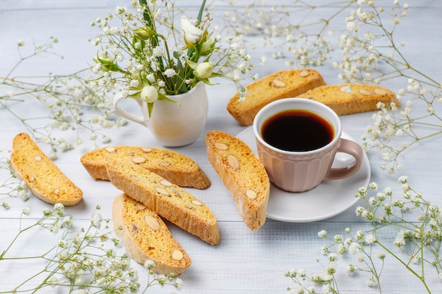 Włoskie Tradycyjne Toskańskie Ciasteczka Cantuccini Z Migdałami, Filiżanka Kawy Na świetle Darmowe Zdjęcia