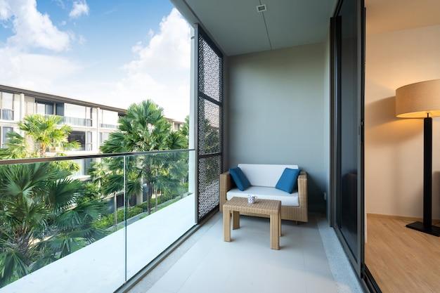 Wnętrza I Elementy Zewnętrzne W Willi, Domu, Domu, Mieszkaniu I Apartamencie Wyposażone Są W Sofę I Opowieść Na Balkonie Premium Zdjęcia
