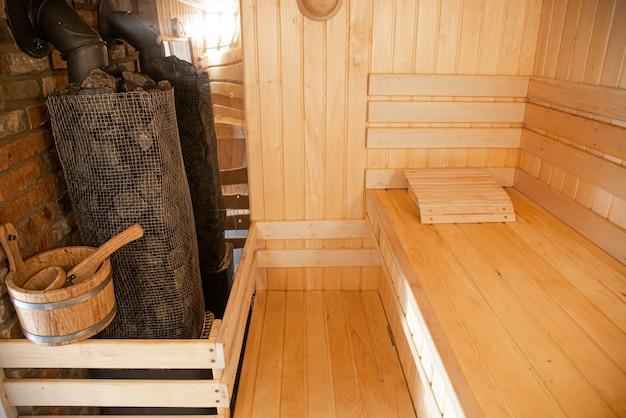 Wnętrze Drewnianej łaźni Rosyjskiej Z Tradycyjnymi Przedmiotami Do Użytku. Darmowe Zdjęcia