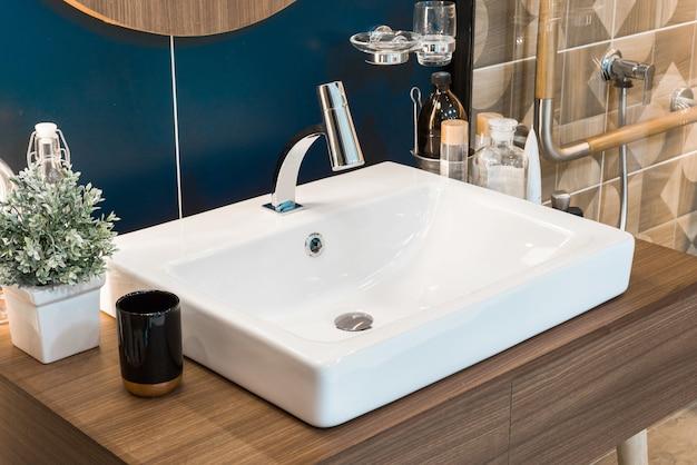Wnętrze łazienki Z Umywalką I Kranem Premium Zdjęcia