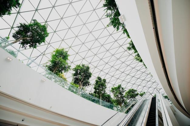 Wnętrze lotniska z oknami Darmowe Zdjęcia