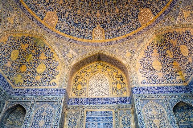 Wnętrze meczetu szach. piękne sklepienie z arabskim wzorem islamskim. isfahan, iran. Premium Zdjęcia